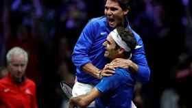 Nadal y Federer se abrazan tras la victoria en la Laver Cup.