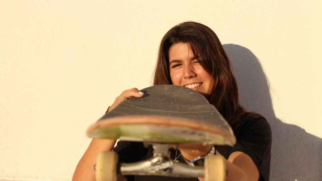 Andrea Benítez posa con la tabla de skate.