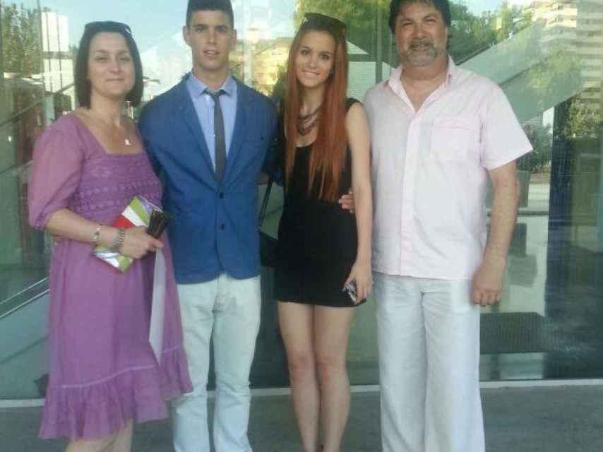 Alejandro Lillo, junto a sus padres y su hermana