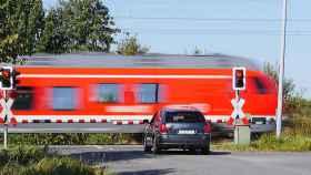 tren coche paso a nivel