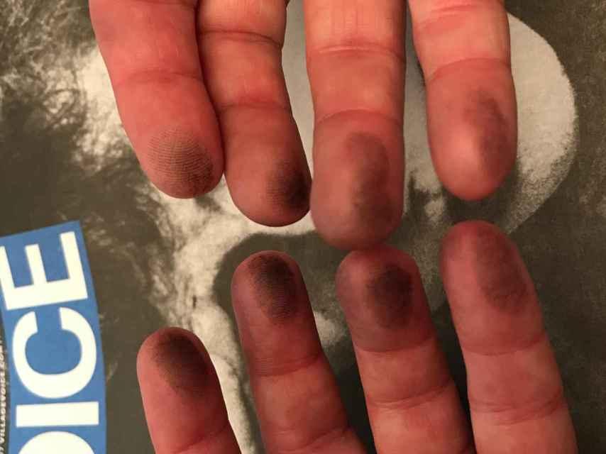 Las manos con tinta de Jeff Weinstein sobre el último ejemplar.