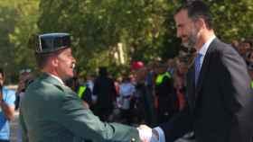 El general Martín Alonso saluda al rey Felipe.