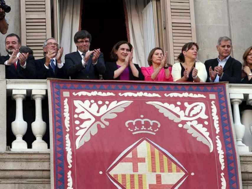 Puigdemont, Colau y Forcadell, en el balcón del Ayuntamiento de Barcelona durante las fiestas de la Mercé.
