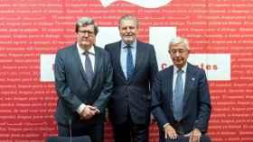 El director del Instituto Cervantes y el presidente de la RAEG firman un acuerdo.