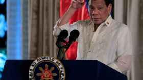 Duterte durante el juramento de los oficiales de la estrella PNP en Manila.