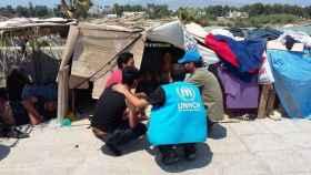 Voluntarios de ACNUR en un campamento de refugiados.