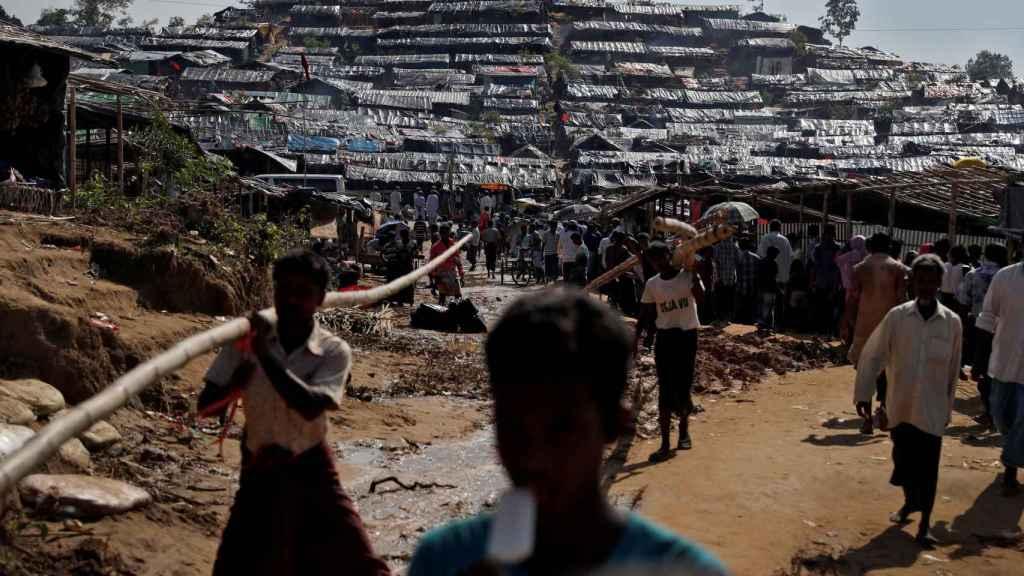 Refugiados caminan en Cox's Bazar.