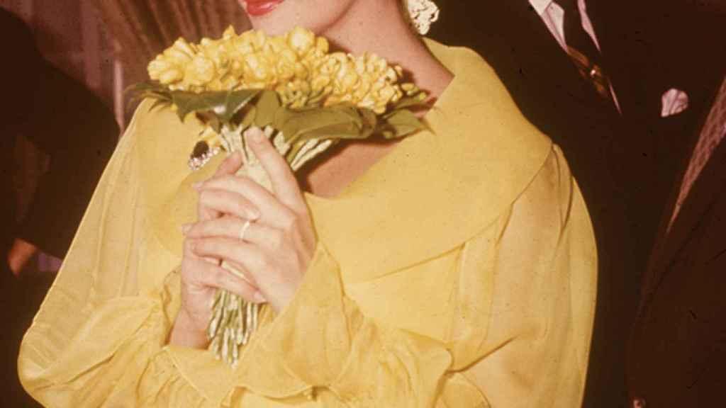 Fue particular hasta en su primera boda con Burton, a la que acudió vestida de amarillo y con un tocado de flores.