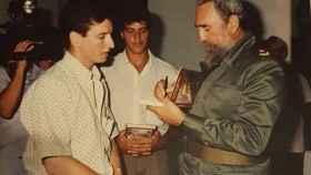 Uno de los vecinos que viajó a La Habana recibe regalos de Fidel Castro