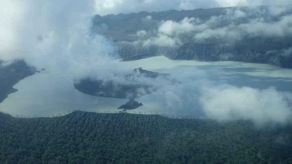 Una nube de humo se alza sobre la isla Vanuatu Ambae en el Pacífico Sur.