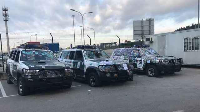 Algunos vehículos de la Guardia Civil quedaron abollados por radicales tras la macrooperación del 1-O.