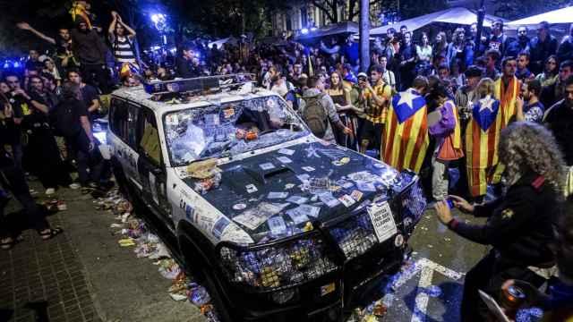 Así quedó uno de los coches de la Guardia Civil que fueron atacados