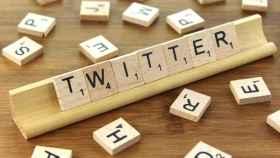 Composición de la palabra Twitter en el juego Scrabble.