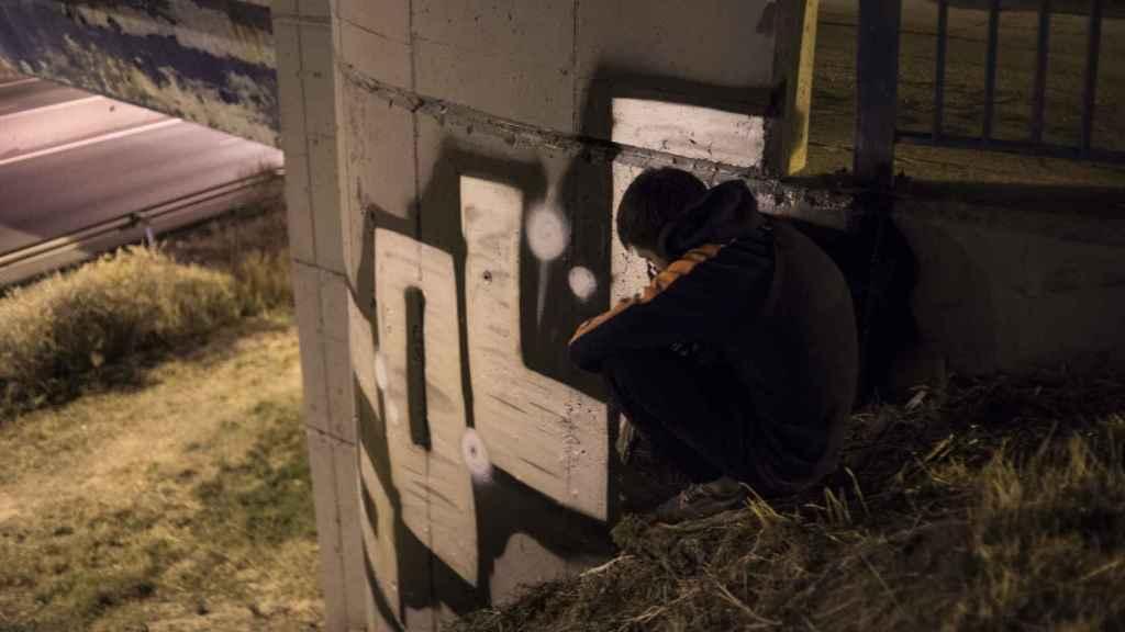 Ramón junto al grafiti recién pintado.