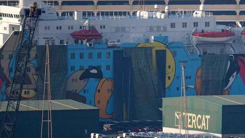 La Warner pidió que se taparan los dibujos que lleva el barco