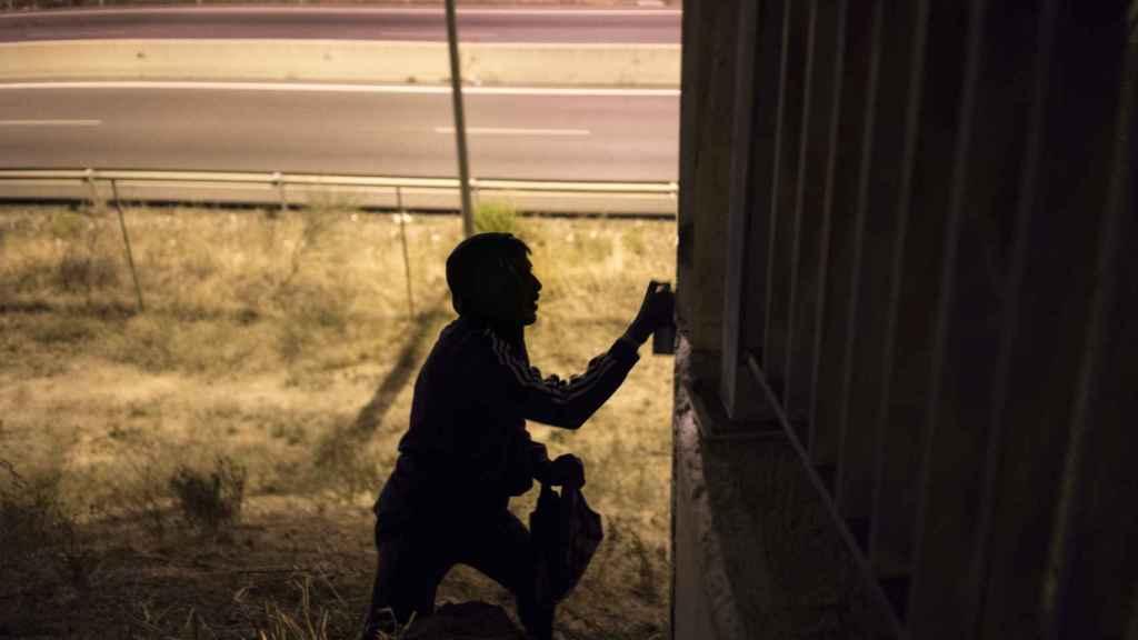 Ramón pinta un grafiti.