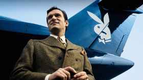 Hugh Hefner a los pies de su avión, en 1975