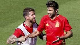 Sergio Ramos y Piqué durante un entrenamiento con España.
