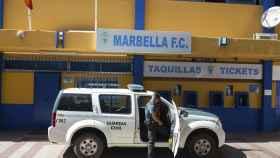 La Guardia Civil registra las instalaciones del estadio del Marbella Club de Fútbol.