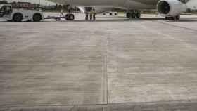 Un avión en la pista preparado para volar.