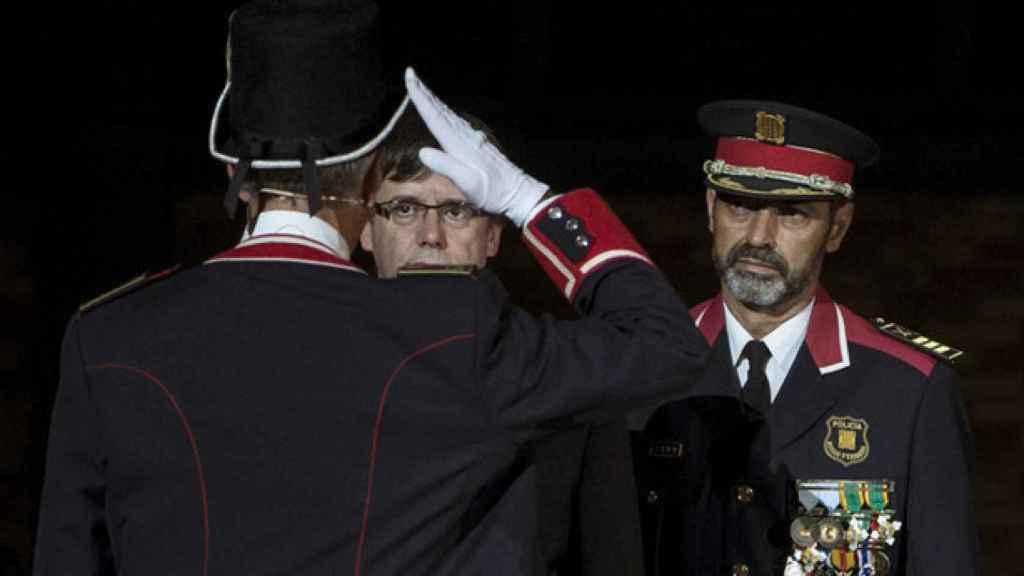 El mayor de los Mossos, Josep Lluis Trapero, junto al presidente de la Generalitat, Carles Puigdemont