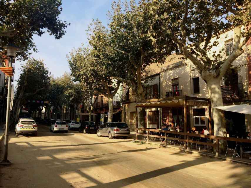 A la derecha, el bar El Rebost de l'Àvia, en Arenys de Munt, donde se reúnen los jóvenes del pueblo.
