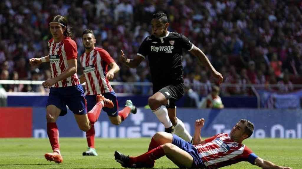 Gabi roba la pelota durante el partido contra el Sevilla.