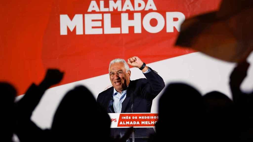 Costa, durante la campaña por las municipales en la ciudad de Almada.