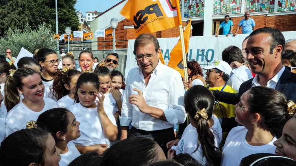 Passos Coelho en un momento de la campaña por las municipales. / EFE
