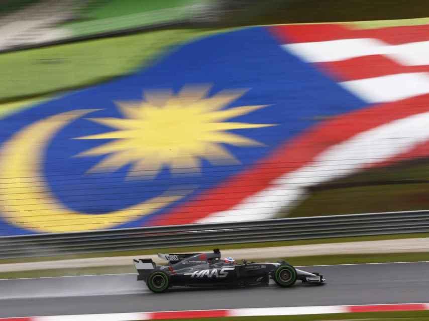 Romain Grosjean en su monoplaza Hass en el Circuito de Sepang