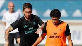 Sergio Ramos y Vallejo disputando el balón
