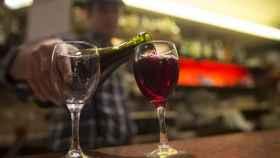Un camarero sirve una copa de vino, en una imagen de archivo.