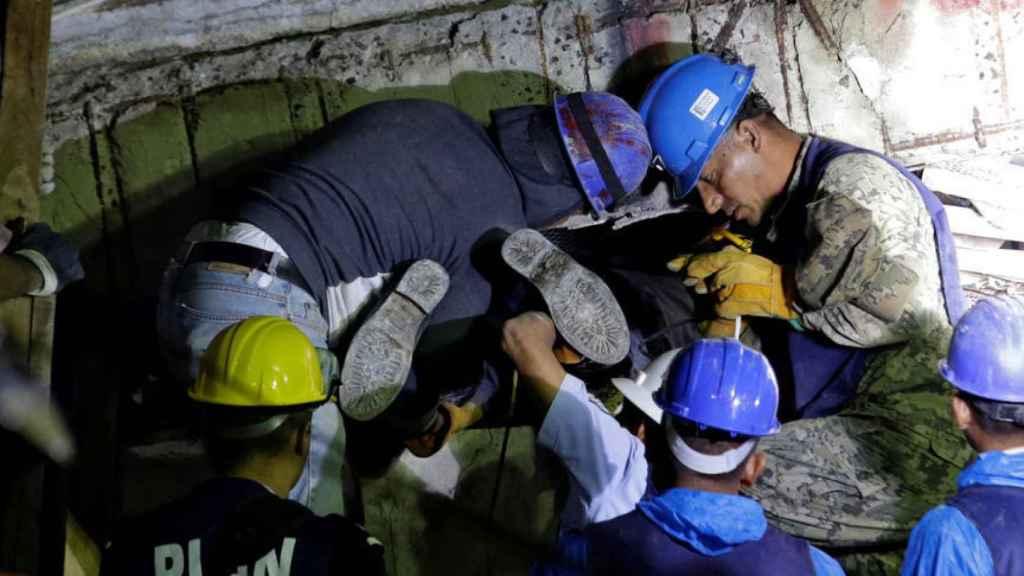 Labores de rescate tras los servicios de emergencia tras el terremoto.