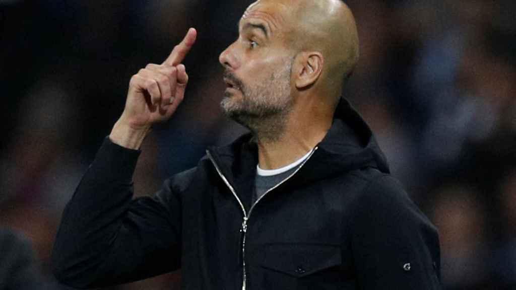 Pep Guardiola da instrucciones durante un partido del City.