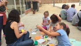 Niños jugando en el interior del colegio Joanot Alisanda de Sabadell.