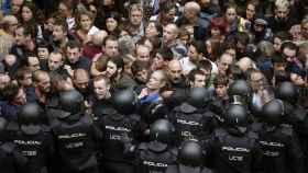 La Policía Nacional en una intervención durante el referéndum ilegal del 1-O de 2017.