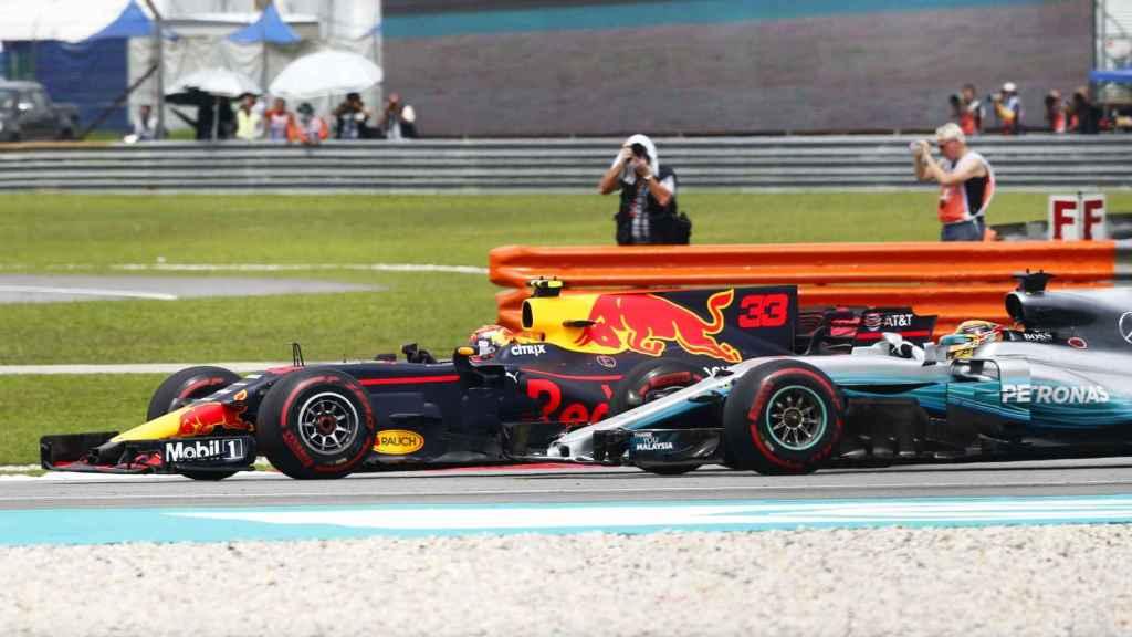 Verstappen pasa por delante de Hamilton.