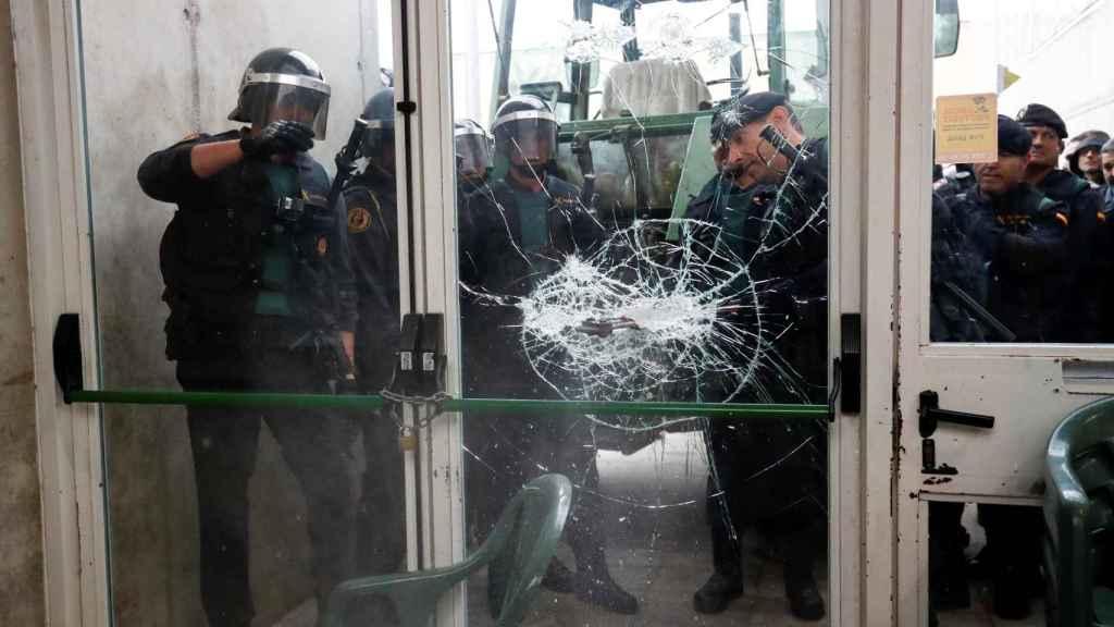 Imagen de la Guardia Civil rompiendo el cristal de Sant Julia de Ramis.