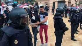 Agentes de la Policía Nacional precintan un colegio el 1 de octubre