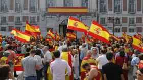 Manifestantes en la Puerta del Sol con banderas republicanas