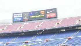 El videomarcador del Camp Nou refleja un mensaje a favor del Referéndum ilegal. Foto: Twitter (@Benayadachraf)
