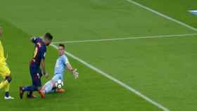 Luis Suárez se tiran simulando penalti. Foto: Twitter (@elchiringuitotv)