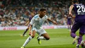 Achraf defendiendo un ataque rival. Foto: Pedro Rodríguez / El Bernabéu
