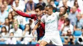 Lucas Vázquez, ante un jugador del Levante