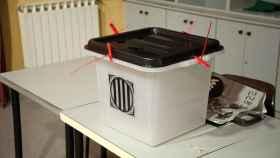 Imagen de una urna en un colegio preparada para votar.