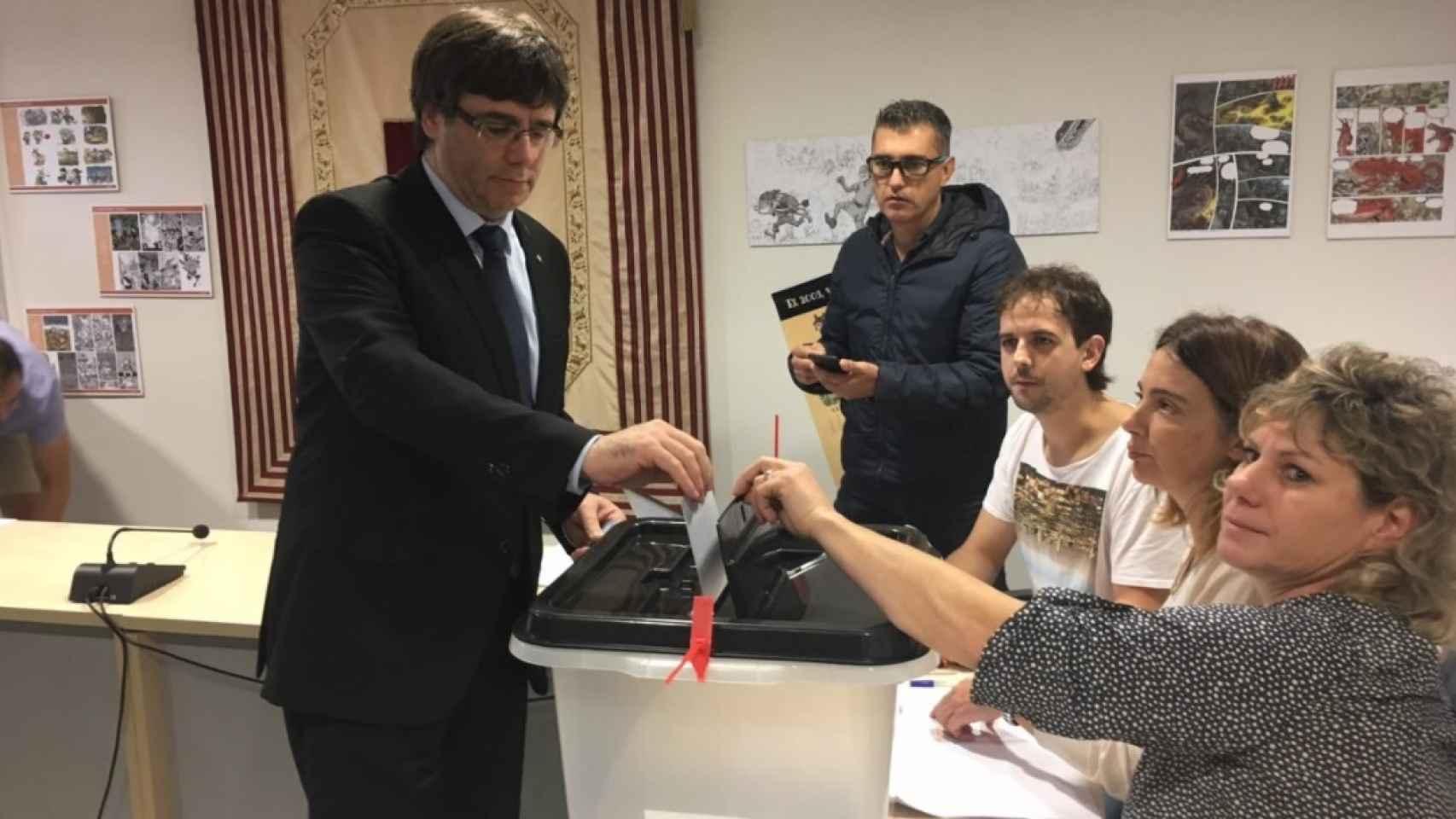 Imagen de Puigdemont votando en un colegio cercano al suyo.