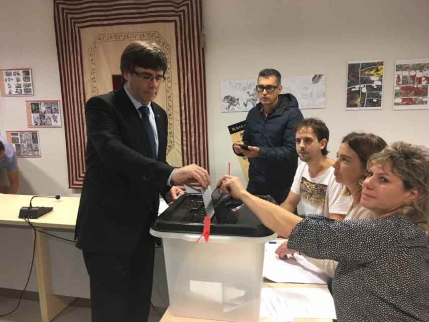 Imagen de Puigdemont votando en un colegio cercano al suyo el pasado 1-O.