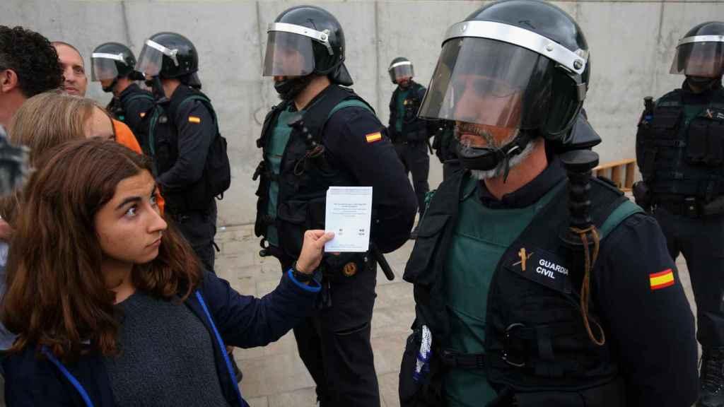 Agentes de la Guardia Civil en Sant Julia de Ramis.