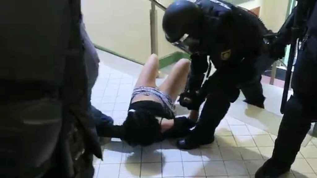 Instante en el que el agente tira al suelo a Marta Torrecillas
