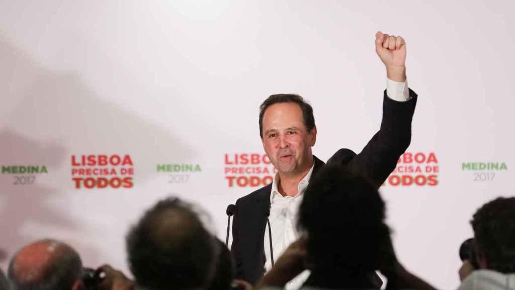 El socialista Fernando Medina, celebra el triunfo en la Alcaldía de Lisboa.